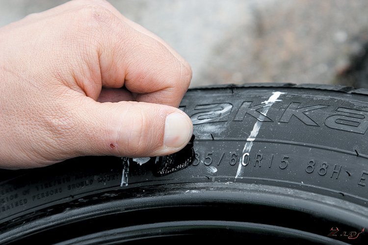 Как заклеить боковину шины
