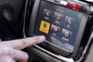 Кроссовер Renault Duster со встроенной системой мультимедиа MEDIA NAV показ ...