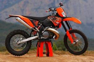 Кроссовый мотоцикл КТМ 250SX-F, который является чемпионом среди своих собр ...