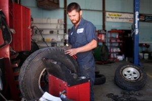 Техника безопасности на дорогах: когда лучше поменять шины, чем вызвать эва ...