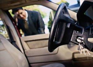 Как произвести вскрытие автомобиля, если дверь захлопнулась с ключами внутр ...